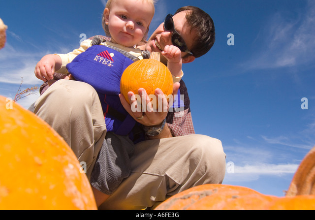A father and daughter in a pumpkin patch in Fallon Nevada - Stock-Bilder
