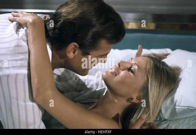 ROGER MOORE & BRITT EKLAND JAMES BOND: THE MAN WITH THE GOLDEN GUN (1974) - Stock Image