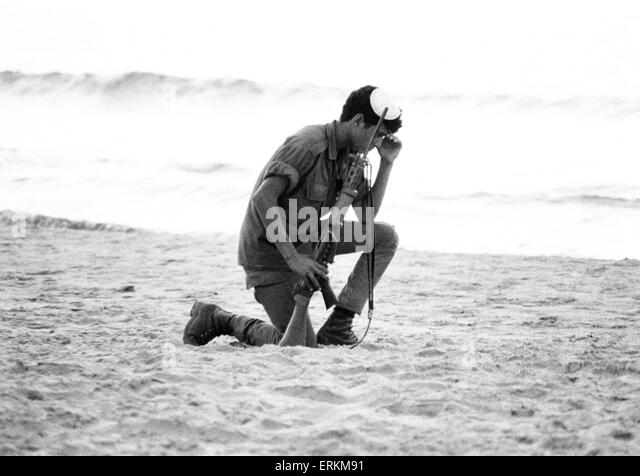 Yom Kippur War. The Fourth Arab Israeli War. October 6th to 25th, 1973. Israeli Soldier kneels down to pray in the - Stock Image