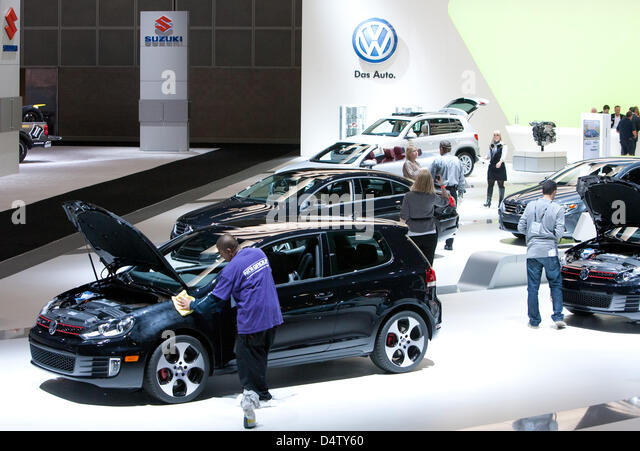 Fair visitors look at cars on the stand of VW at the LA  Auto Show in Los Angeles, USA, 03 December 2009. Alternative - Stock Image