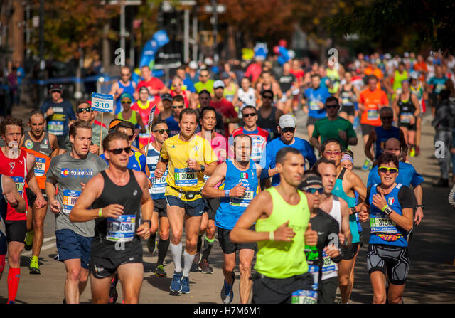 New York, USA. 06th Nov, 2016. Runners pass through Harlem in New York near the 22 mile mark near Mount Morris Park - Stock-Bilder