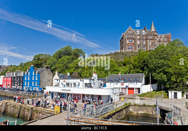 Harbour view of Tobermory on Mull in Scotland with colourful houses and pier - Stock-Bilder