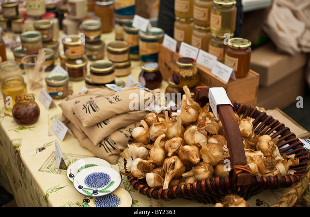 England, Shropshire, Ludlow.  A display of jams and chutneys, and a basket full of garlic, at the Ludlow Food Festival. - Stock Image