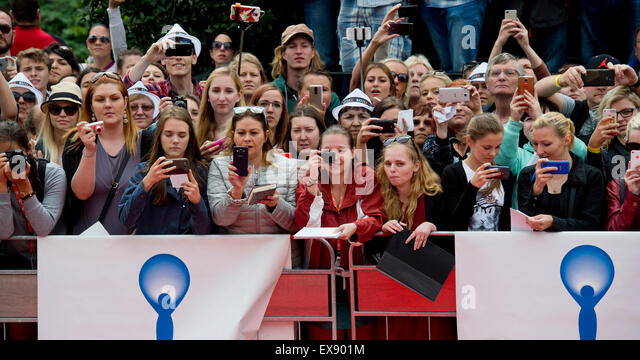 Karlovy Vary, Czech Republic. 9th July, 2015. Audience wait with cameras in front of hotel Thermal for arrival of - Stock-Bilder