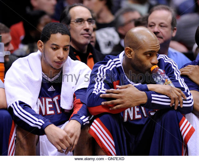 New Jersey Nets guards Devin Harris (L) and Vince Carter sit on the bench in the fourth quarter of their NBA basketball - Stock Image