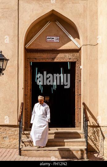 An Omani Man Leaving The Souk, Nizwa, Ad Dakhiliyah Region, Oman - Stock-Bilder