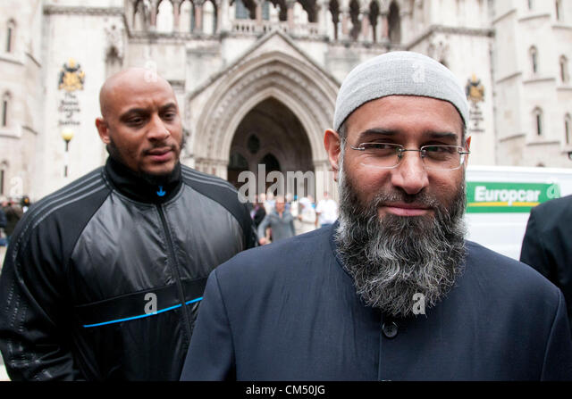 London, UK. 05/10/70. Anjem Choudary poses for cameras as his Islamist supporters protest against the Extradition - Stock Image