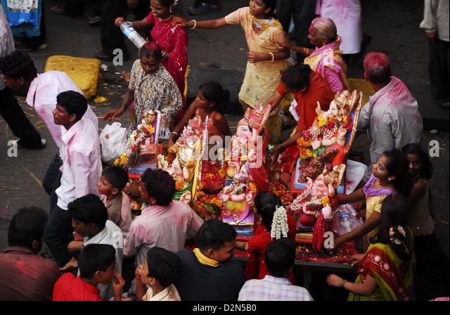 Community carrying Ganesha together for immersion, Mumbai, Maharashtra, India, Asia - Stock Image