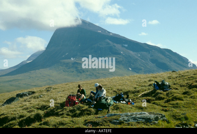 Trekking party resting beneath Mount Niak, Sarek National Park, Lappland, Norrbottens Län, arctic Sweden. - Stock Image