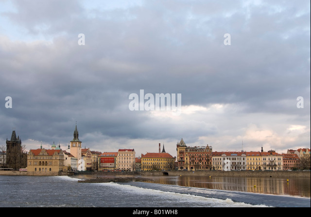 Horizontal wide angle cityscape of the Charles Bridge 'Karluv Most' crossing the river Vltava in the evening - Stock-Bilder
