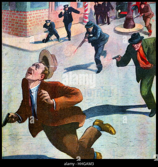 French magazine illustration, showing the American police and FBI agents chasing and shooting mafia gunmen - Stock Image