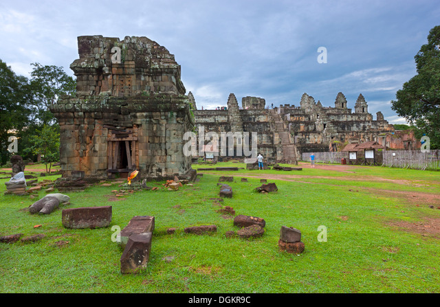A view across Phnom Bakheng which dates from the early 10th century. - Stock-Bilder