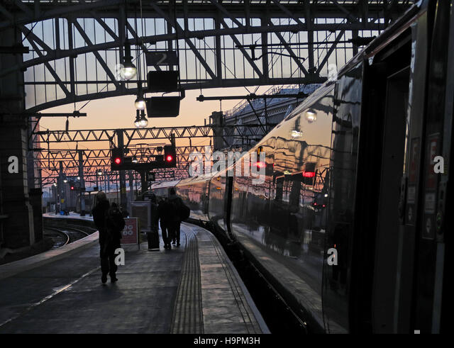 Glasgow Central Station - Platform passengers at dusk - Stock Image