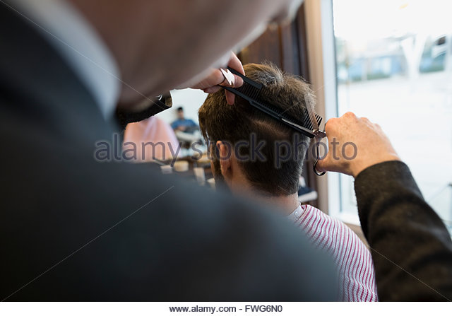 Barber cutting man - Stock Image