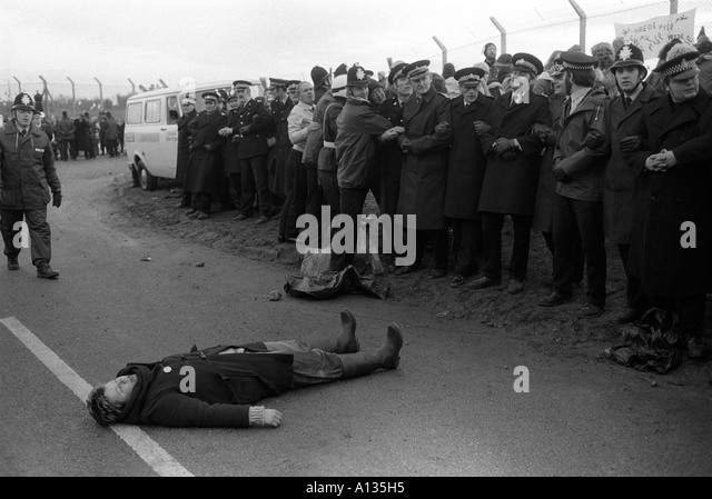 Blockade of USAF nuclear cruise missile air base at Greenham Common Berkshire England 1983 1980s UK HOMER SYKES - Stock Image