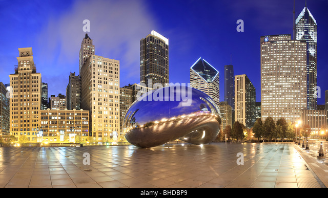 The Cloud Gate sculpture also known as 'the bean' in Millennium park viewed at dusk - Stock Image