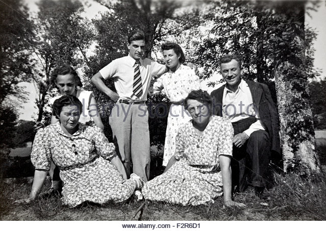 adults only family and friends group moment France 1950s - Stock Image