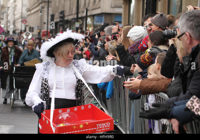 London, UK. 1st January 2017. A performer from the City of Westminster hand out sweets to spectators during the - Stock Image