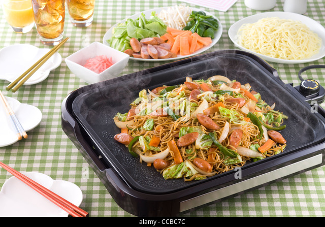 Fried Noodles on Hot Plate - Stock-Bilder