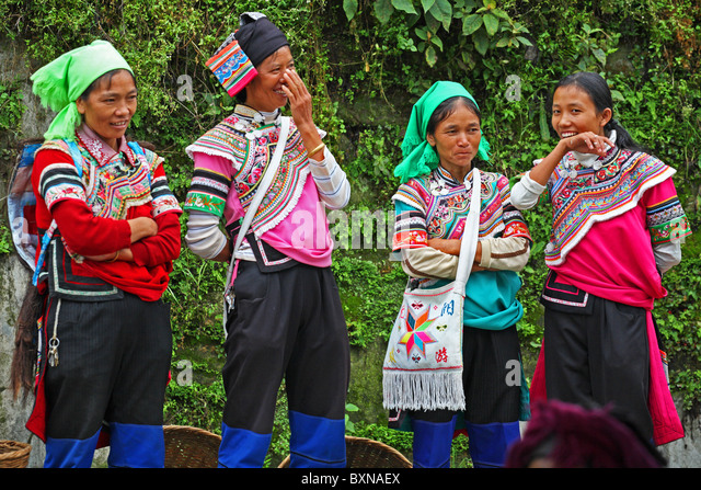 Laughing Yi women at market, Yuanyang, Yunnan Province, China - Stock Image