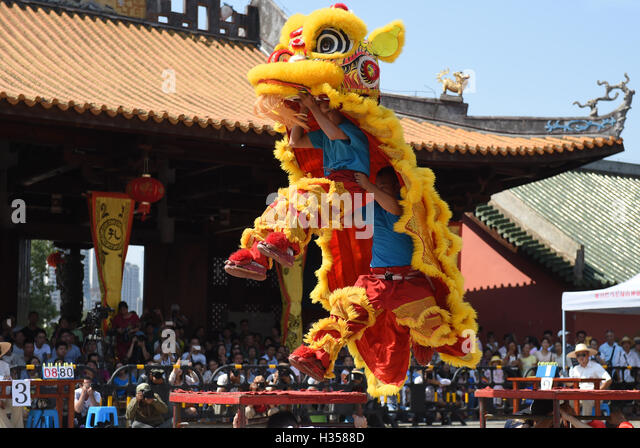 Nanning, China's Guangxi Zhuang Autonomous Region. 5th Oct, 2016. Contestants attend a lion dance contest in - Stock Image