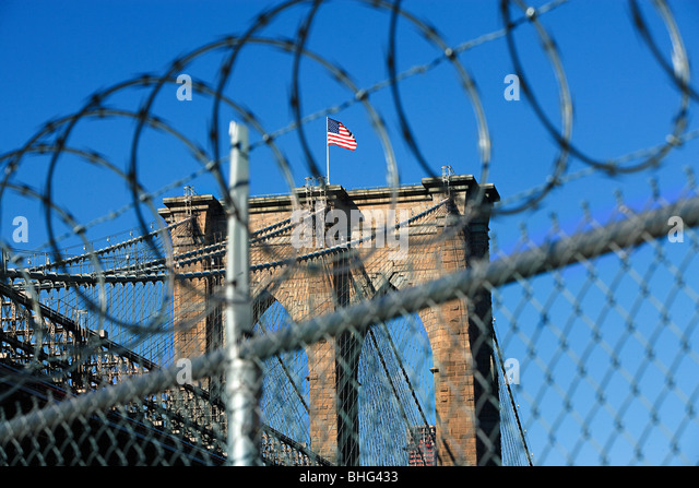 Barbed wire and brooklyn bridge - Stock Image
