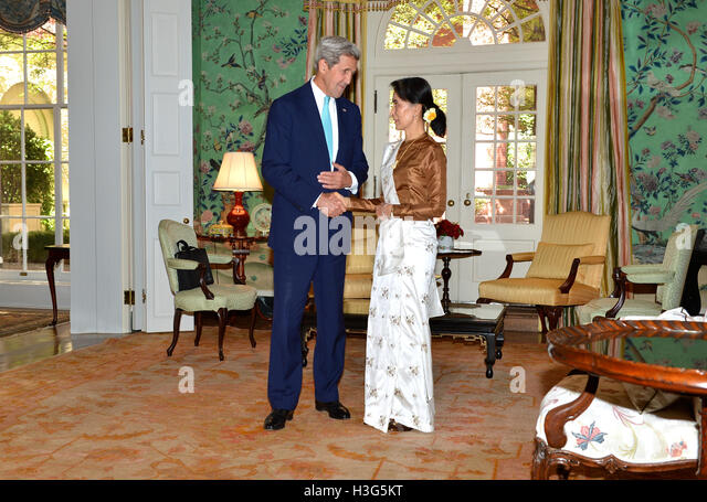 U.S. Secretary of State John Kerry shakes hands with Burmese State Counselor Aung San Suu Kyi at the Blair House - Stock-Bilder
