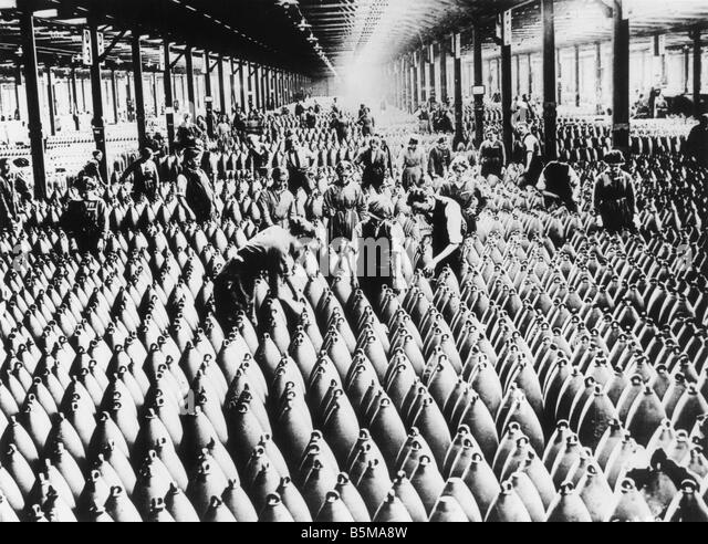 2 G55 R1 1918 B E Workers in a munitions store 1918 History World War I Arms industry England Men and women at work - Stock-Bilder