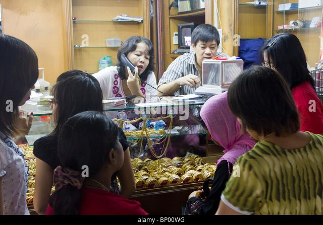 customers at gold stall, Bogyoke Aung San Market, formerly Scott's Market, Yangon, Mmanmar - Stock-Bilder