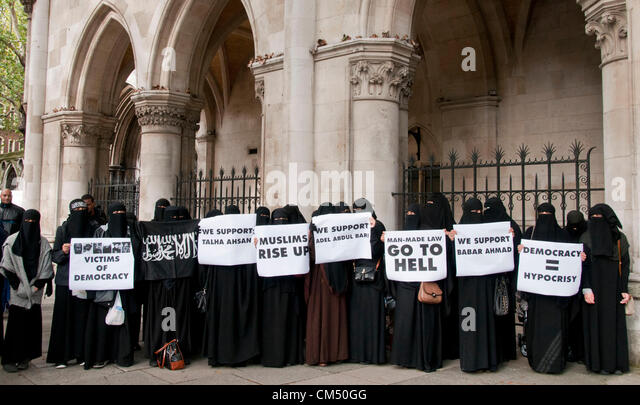 London, UK. 05/10/70. Women wearing Nicabs hold up banners, as Anjem Choudary and his Islamist supporters protesting - Stock Image