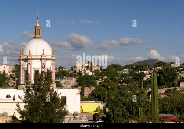 The neoclassical  Parroquia San Pedro church and overview the 19th-century mining town of Mineral de Pozos, Guanajuato - Stock Image