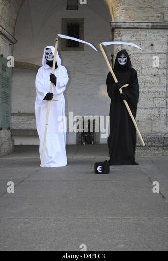 Two dressed up street artists pose on the town hall square in Tallinn, Estonia, June 2009. Photo: Willy Matheisl - Stock Image
