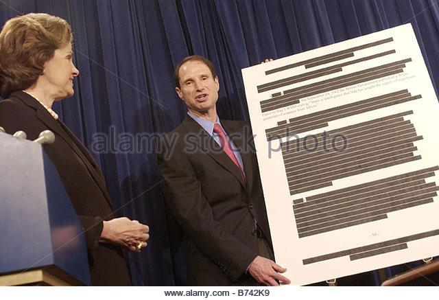 7 9 04 SENATE SELECT INTELLIGENCE PRE WAR INTELLIGENCE ON IRAQ Sen Dianne Feinstein D Calif and Sen Ron Wyden D - Stock Image