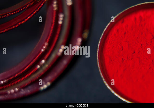 Close-up of red powder paint and bangles - Stock-Bilder