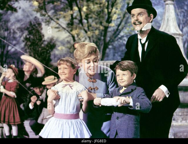 KAREN DOTRICE GLYNIS JOHNS DAVID TOMLINSON & MATTHEW GARBER MARY POPPINS (1964) - Stock Image