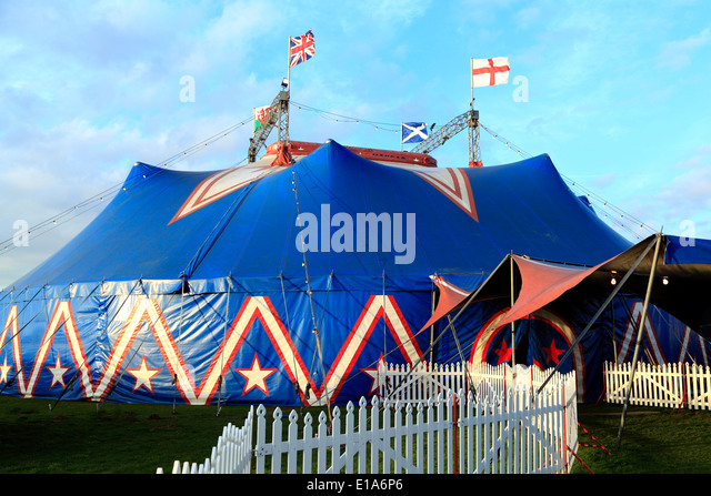 Circus Mondao, travelling UK circus show shows Big Top Kings Lynn England - Stock Image