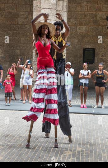 STILT WALKERS entertain the crowd in the PLAZA DE ARMAS located in Habana Vieja - HAVANA, CUBA - Stock Image