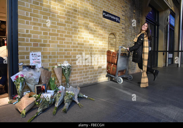 Kings Cross, London, UK. 15th January 2016. Alan Rickman: tributes left for the late actor at Harry Potter, Platform - Stock Image
