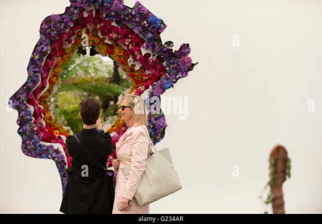 Chelsea, London UK. 23rd May 2016. BBC Weather Presenter Carol Kirkwood at the Veevers Carter royal tribute flower - Stock Image