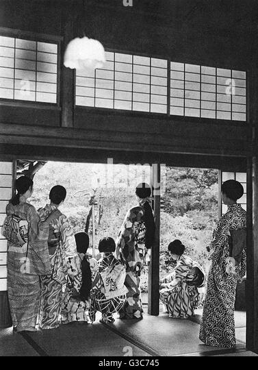 Japanese family group - different styles of kimono and hair dressing     Date: 1932 - Stock-Bilder