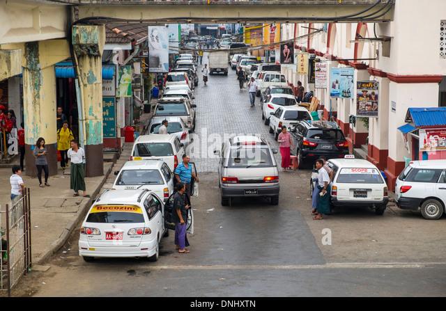 YANGON, MYANMAR - CIRCA DECEMBER 2013: View of lateral street of the BoGyoke Aung San Market in Yangon. - Stock-Bilder