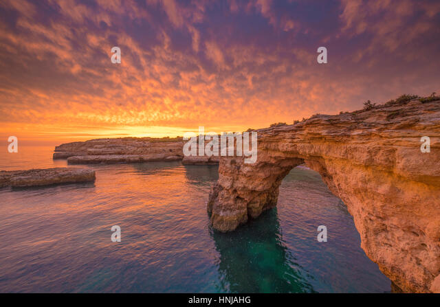 Sea arch at sunrise on Algrave Coast, Portugal, Atlantic Ocean   Near Lagoa - Stock-Bilder