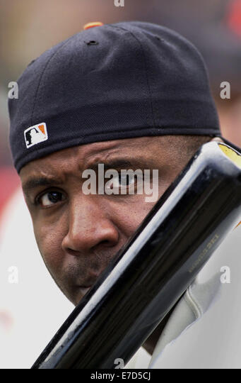 Oct 07, 2001; San Francisco, CA, USA; Giants Barry Bonds waits in the dugout with his home run record holding at - Stock-Bilder