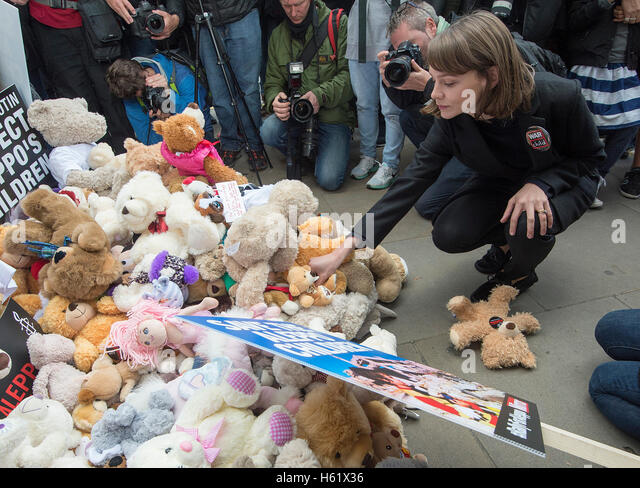 Downing Street/Whitehall.Actress Carey Mulligan places a teddy bear in Whitehall the gates to No10 - Stock Image