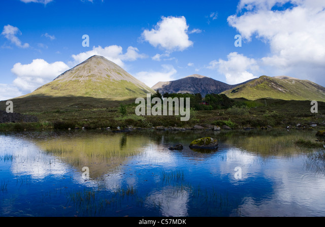 Red Cuillin Hills at Sligachan, Isle of Skye, Highland, Scotland, UK. Glamaig on the left, reflected in River Sligachan. - Stock-Bilder