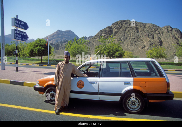 Taxifahrer und Taxi, Muscat, Taxi driver with his taxi, Muscat - Stock-Bilder