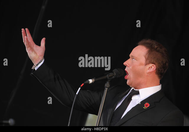 London, UK. 11th November, 2016. English tenor Russell Watson seen during his performance on Remembrance Day to - Stock Image