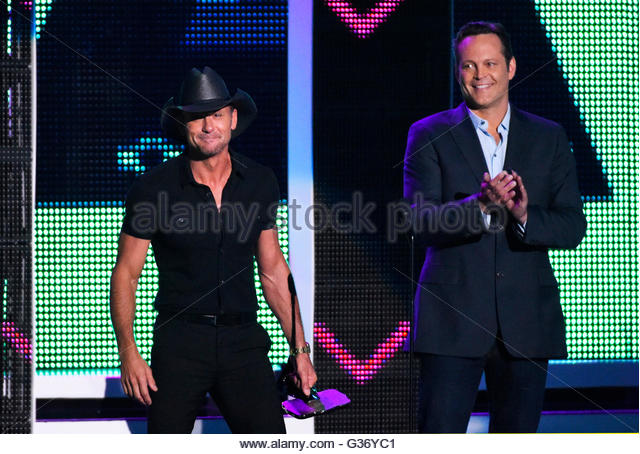 "Musician Tim McGraw accepts the Video of the Year award for ""Humble and Kind"" from presenter Vince Vaughn - Stock Image"