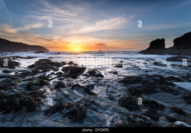 Sunset at Trevellas Coombe beach in St Agnes in Cornwall - Stock-Bilder