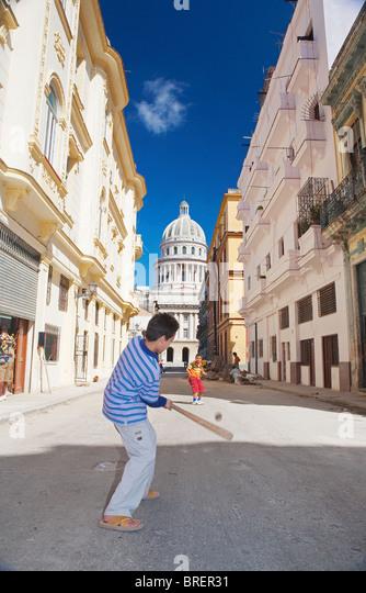 HAVANA: CHILDREN PLAYING BASEBALL AND CAPITOLIO NACIONAL - Stock Image